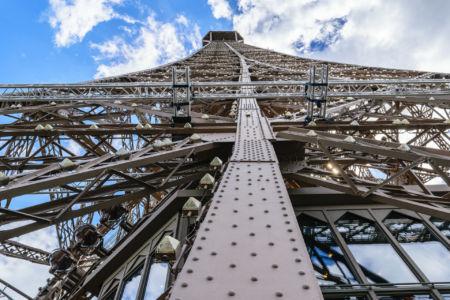 Eiffelturm Blick von der zweiten Etage nach oben