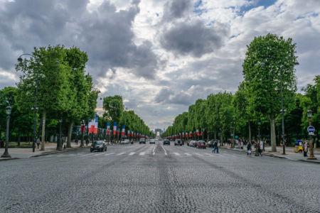Champs Elysees Blick in Richtung Arc de Triomphe
